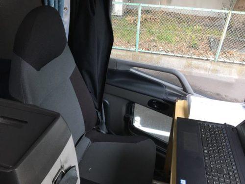 大型トラックの助手席の画像