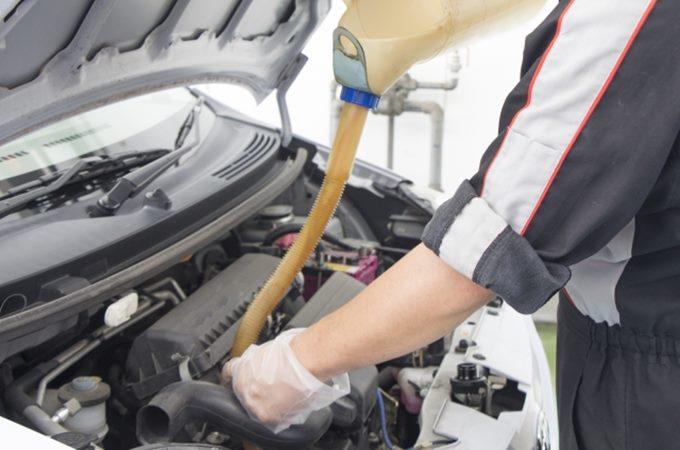 車のエンジンオイル漏れや交換時期、費用について