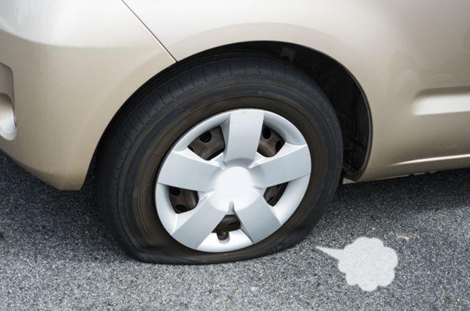 車のタイヤがパンクした時の修理費用や時間について